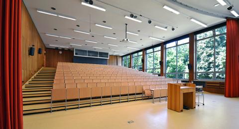 Hans-Heinrich-Driftmann-Hörsaal in der Olshausenstraße 75, Blick von vorne