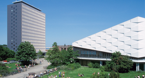 Universitäts-Hochhaus-(links)-und-Auditorium-Maximum.